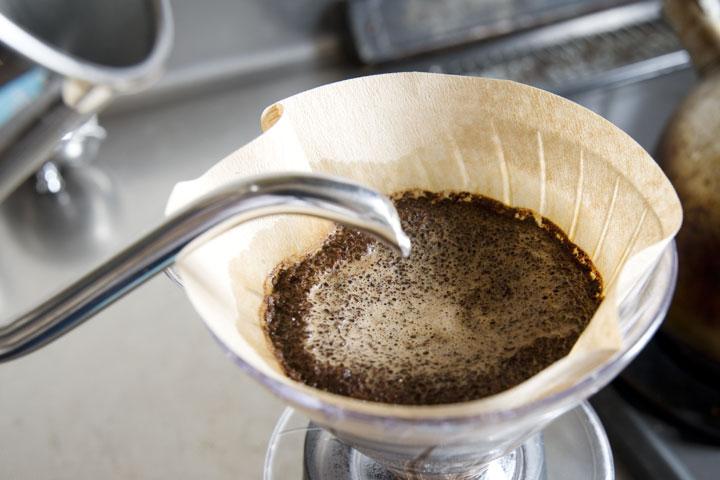 豆の状態がよく見えるペーパードリップで、『珈琲煎香』のフレッシュさをお確かめください。