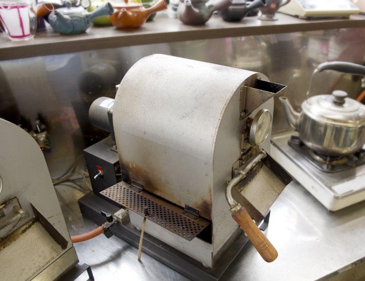 小型の焙煎マシン。写真中央と、左側にももう1台が並んでいます。(後ほど小さめの写真で再度ご紹介します)
