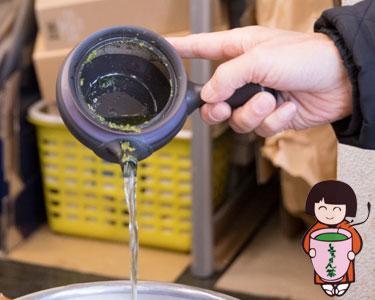 お茶を美味しく淹れられるよう、最後の1滴まで注げる急須を!